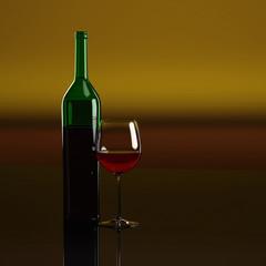 Gefülltes Weinglas vor gelblich/rotem Hintergrund