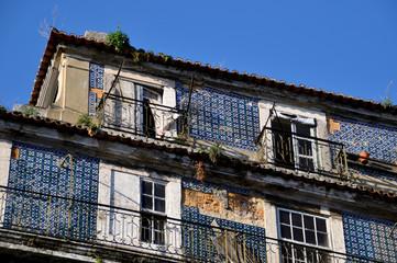 zerblöckelnde Häuserfront