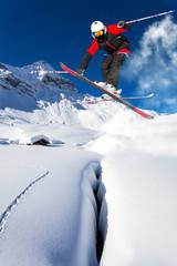 salto con gli sci in neve fresca