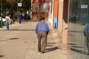 jubilado caminando por la calle