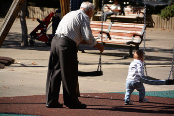 abuelo jugando en el parque con su nieto