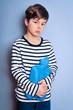 Kind mit Wärmflasche gegen Bauchweh