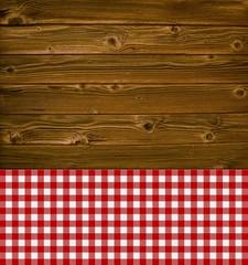Alter rustikaler Holzhintergrund mit Tischdecke rot weiß
