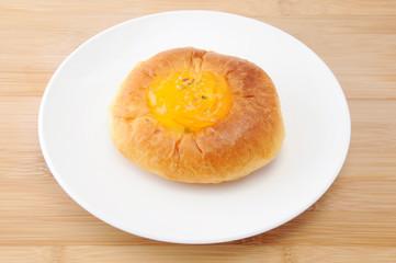 お皿にのせた オレンジ マーマレード パン テーブル