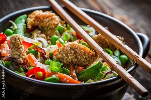 Fotobehang Schaaldieren Chicken with sesame with vegetables and noodles