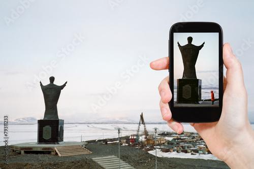 Leinwanddruck Bild tourist taking photo of Saint Nicholas Monument
