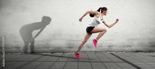 Foto op Aluminium Jogging junge frau hängt ihren schatten ab