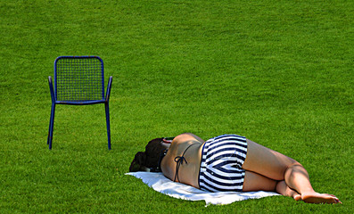 Mujer joven descansando, siesta, relajación, ocio