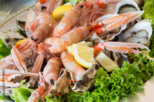 Scampi, oysters and salad - 79314027