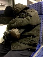 Pendler müde in der S-Bahn