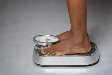 femme noire se pesant