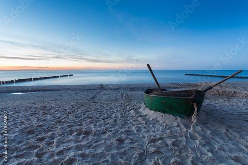Łódź rybacka na morskiej plaży © Mike Mareen