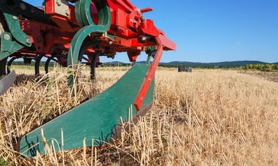 Pflug auf Kornfeld nach der Ernte