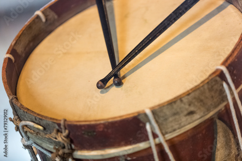 old military drum with black sticks - 79329012