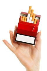 Hand hält offene rot Zigarettenschachtel
