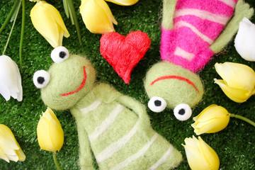 verliebtes Froschpaar u. Tulpen