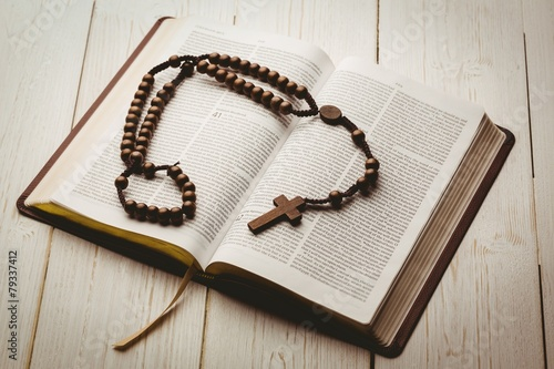 Leinwanddruck Bild Open bible and wooden rosary beads