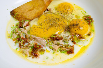 Scrambled eggs with ham and chive