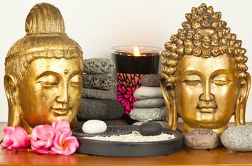 couple de bouddhas dorés, galets et yin yang zen