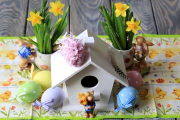 Пасхальные яйца, скворечник и нарциссы