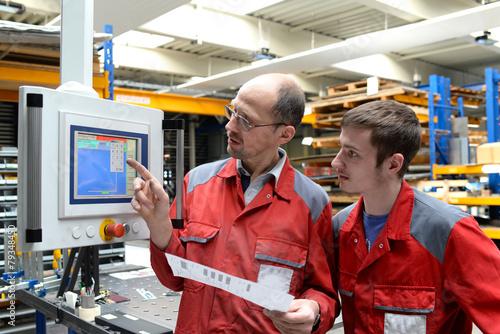 Berufsausbildung in der Industrie, Meister und Azubi - 79348450