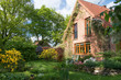 Leinwandbild Motiv Hausgarten im Frühling