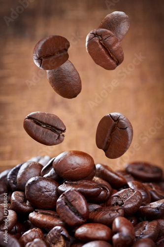Staande foto Textures Closeup of falling coffee beans