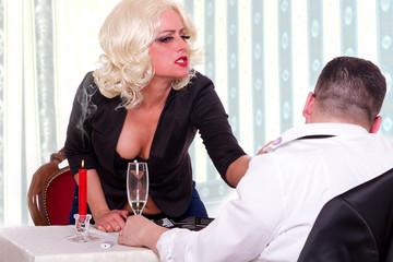 Eifersucht Streit am Essenstisch wegen Lippenstift am Kragen