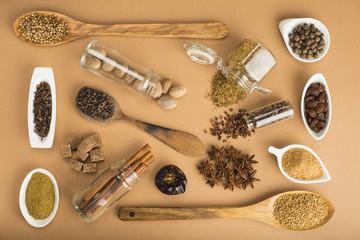 Hierbas y especias para la cocina sobre un fondo ocre