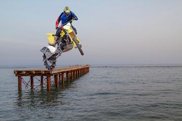 Motorradstunt am See