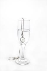 vaso con agua y un reloj