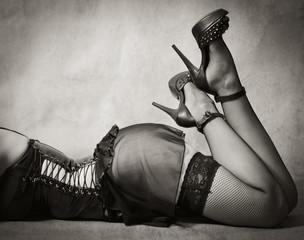 Женские ноги в чулках и туфлях