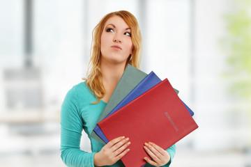 Frau hält Bewerbungsmappen