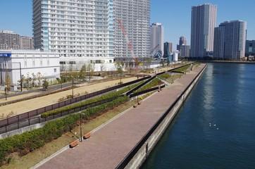 運河と水辺の道