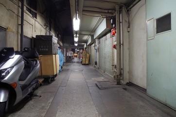 閑散とした高架下の道