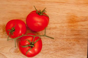 Три помидора на ветке