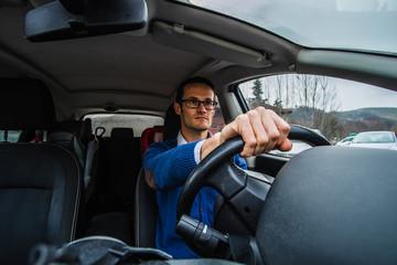 Uomo al volante guida l'automobile