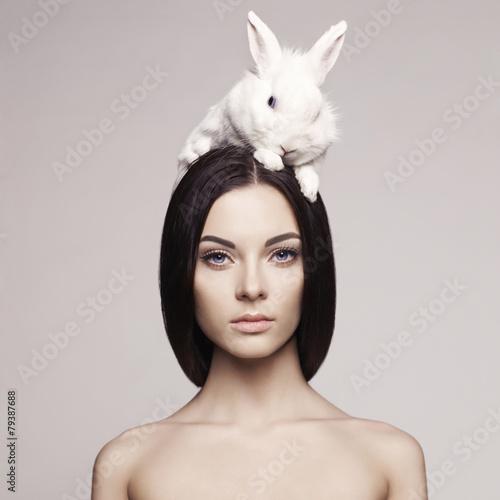 obraz lub plakat Piękna kobieta z królika
