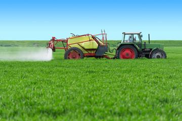 Traktor mit Balkenspritze im Getreidefeld - 2433