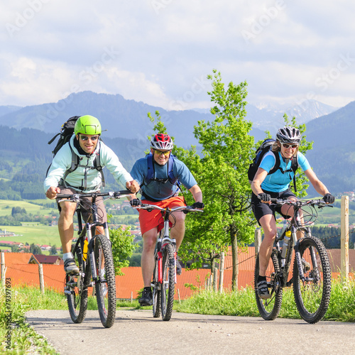 Tour mit dem Mountainbike in den Bergen - 79397693