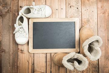 黒板と履き古した子供用の靴