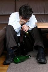 Alkoholiker, Flasche, unglücklich, Hand vor Gesicht