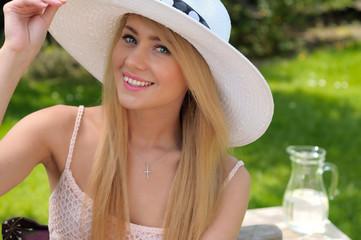 Junge Frau im sonnigen Garten