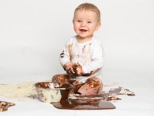 Kleines Baby mit Schokolade verschmiert