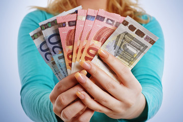 Frauenhände halten Geldscheine
