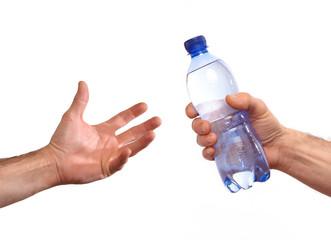 Dando de beber a alguien.sujetando botella de agua mineral.