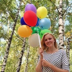 Mädchen mit bunten Ballons