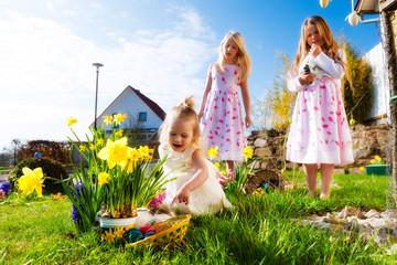 Kinder auf Ostereiersuche mit Osterhase