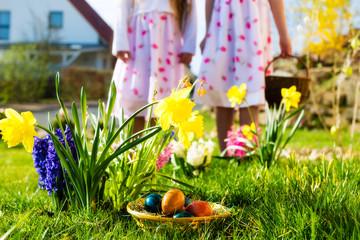 Kinder auf Ostereiersuche mit Eiern