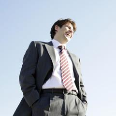 Hombre de negocios con corbata roja